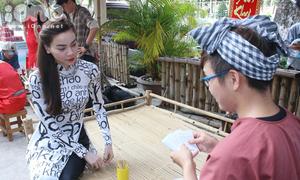 Hồ Ngọc Hà diện áo dài xì-tin đi xem bói