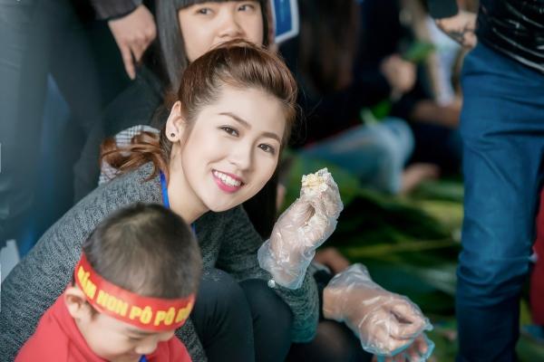 Mới đây, Tú Anhtham gia chương trình 'Từ thiện thật', cùng các bạn tình nguyện viêngói những chiếc bánh chưng tặng người nghèo.