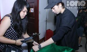 Gil Lê miệt mài ủi áo cho Chi Pu biểu diễn