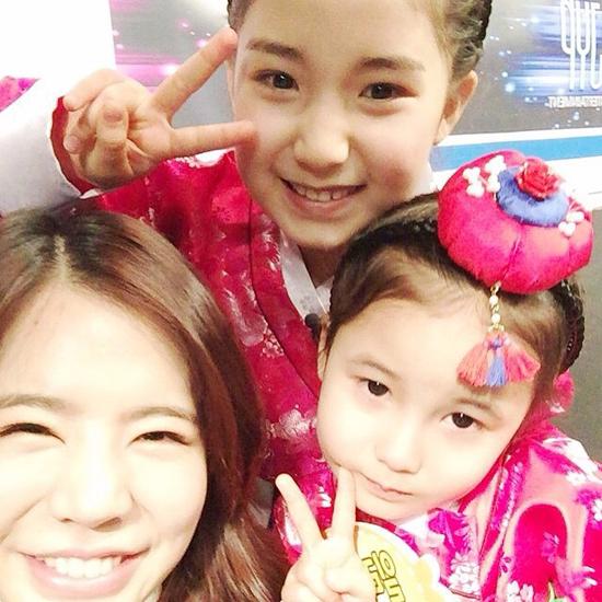 Sunny (SNSD) tít mắt tự sướng cùng hai mẫu nhí đáng yêu Aleyna và Ilayda.