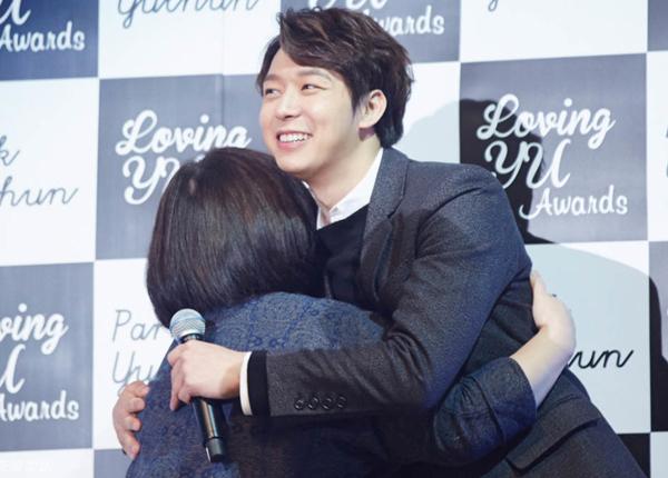 Yoo Chun (JYJ) tươi rói ôm fan nữ trong fanmeeting tại Bắc Kinh, Trung Quốc.