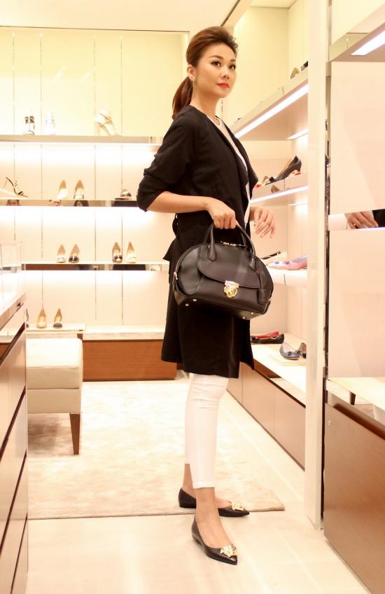 Thanh Hằng mê mẩn một chiếc túi hàng hiệutrị giá5000 USD(khoảng 100 triệu đồng) và vừađược tung ra thị trường.