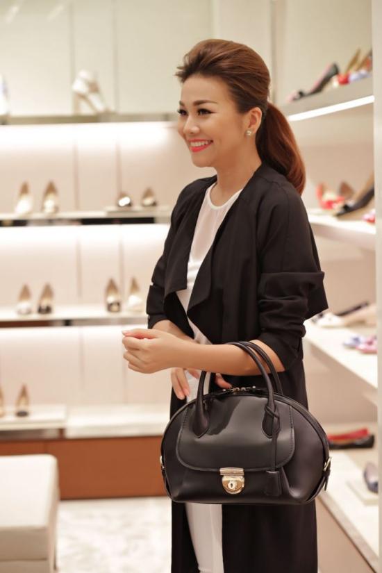 Thương hiệu thời trang cao cấp nàyquyết định tặng Thanh Hằng chiếc túi xách xa xỉ khiến người đẹp tỏ ra bất ngờ. Nữ diễn viên Siêu nhân X cũng trở thànhngười đầu tiên tại Việt Nam được sở hữu.