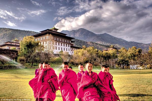 Những chú tiểu mỉm cười trước Cung điện nhà vua ở thủ đô Thimphu, là một trong những hình ảnh đẹp ít thấy về cuộc sống thường nhật ở vương quốc Bhutan xa xôi. Bức ảnh được chụp bởi chính quốc vương Bhutan.
