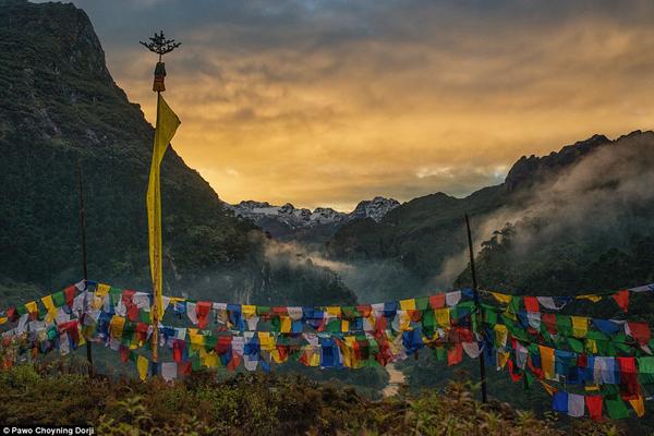 Nằm giữa Ấn Độ và Tây Tạng với số dân khiêm tốn hơn 700.000 người, Bhutan là miền đất lạ cho những du khách muốn khám phá vẻ đẹp hoang sơ và khách hành hương bái Phật. Toàn bộ đất nước này là đồi núi ngoại trừ một dải đồng bằng cận nhiệt đới nhỏ ở vùng viễn nam bị phân cắt bởi các thung lũng.