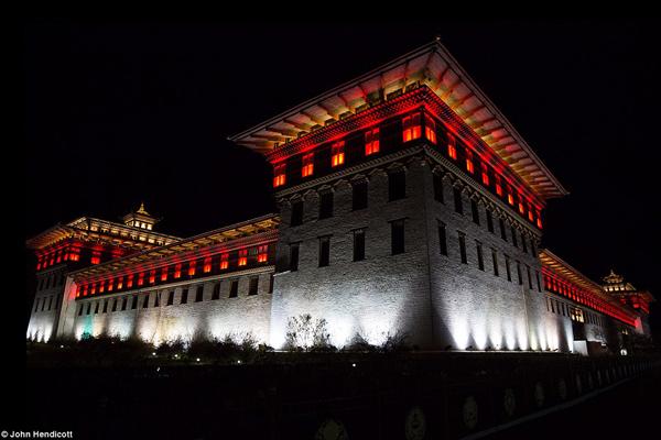 Đến những năm 1970, vương quốc nằm cao trên dãy Himalaya mới bắt đầu mở cửa cho du khách nước ngoài ghé thăm. Từ đó, Bhutan được mệnh danh là điểm đến huyền bí như một  Shangri-La trong thế giới tưởng tượng. Trong hình là Cung điện nhà vua ở Thimphu, được xây dựng vào năm 1953, sáng rực trong đêm đẹp lạ kỳ.
