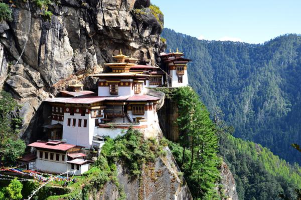 Tu viện Taktsang (Tiger's Nest) là tu viện nổi tiếng nhất của Bhutan, nằm ở độ cao 3.200 m cheo leo trên vách đá dốc đứng khoảng 1.000 m trên thung lũng Paro. Theo truyền thuyết, ngài Guru Rinpoche (lãnh tụ tinh thần của tín đồ Phật giáo Bhutan) đã cưỡi trên lưng cọp bay đến hang động hiện nay là Tu viện Taktsang để tham thiền.