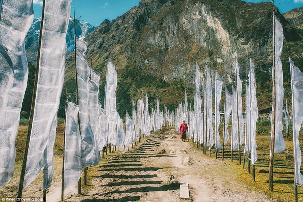 Cờ cầu nguyện được dựng ở ngoài nhà, treo trên cầu, trên đỉnh đồi và những nơi có ý nghĩa tâm linh. Gần như bị cô lập về vị trí địa lý, ngày nay Bhutan vẫn lưu giữ được nền văn hóa độc đáo và di sản của mình.