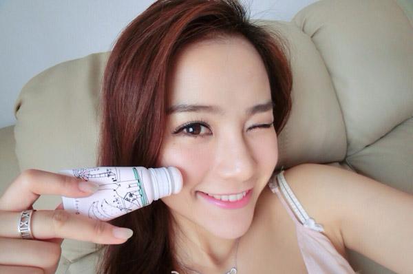 Một số hãng mỹ phẩm Hàn Quốc còn tung ra loại màu má dạng tuýp với phần đầu là bông. Mỗi khi vội, bạn chỉ cần chấm chấm lên má, thế là đã đủ xinh tươi ra phố rồi. Chất phấn ướt do có chiết xuất dưỡng ẩm từ các nguyên liệu như dầu hạt nho và vitamin E.