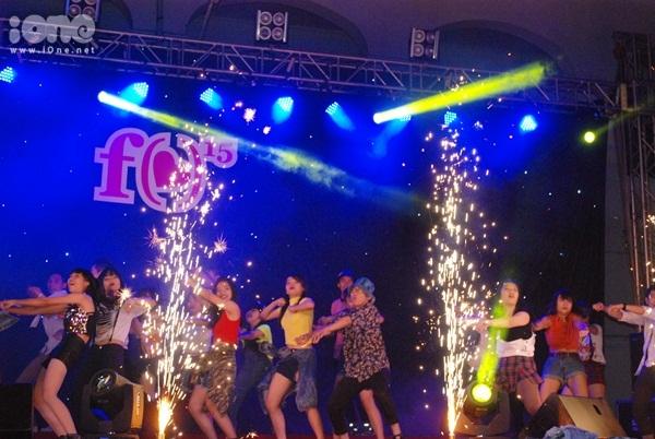 Tối ngày 11/2, đêm nhạc hội truyền thống Festival của teen THPT chuyên Lê Hồng Phong TP HCM diễn ra tưng bừng. Hàng nghìn học sinh, cựu học sinh của trường và trường bạn đã tề tựu dưới sân trường để sẵn sàng bùng nổ trong nhưng giai điệu cực sôi động.