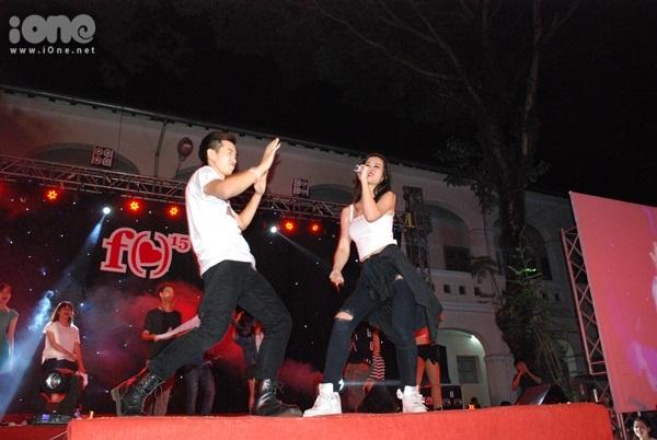Màn biểu diễn hit Bad boy có sự phụ họa của teen Lê Hồng Phong khiến khán giả phía dưới đứng ngồi không yên.
