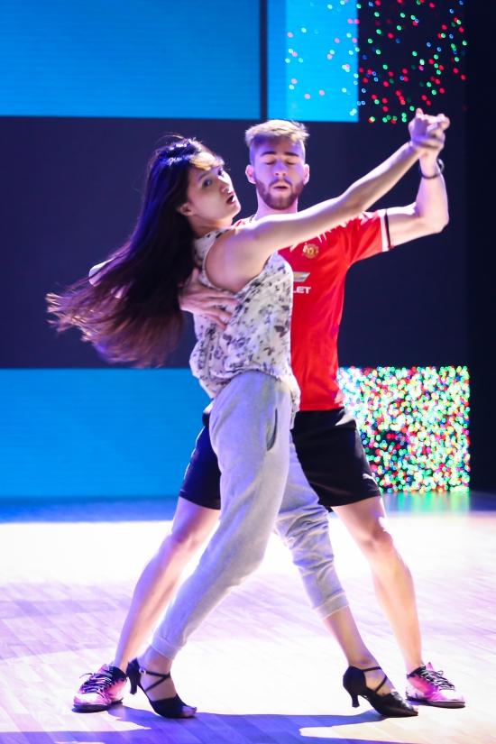 Hương Giang và George gửi tặng khán giảmột đoạn trong vở nhạc kịch Burlesque.