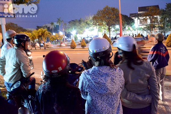 một số ít bạn trẻ, dừng xe trên vỉa hè, nhìn về phía nhà riêng bác Nguyễn Bá Thanh trên đường Cách Mạng Tháng 8. Mặc dù nói chuyện nhưng nhiều người vẫn giữ không tạo ra tiếng ồn quá lớn.