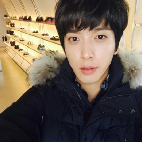 Jung Yong Hwa khoe với các fan tủ giày thể thao của mình.