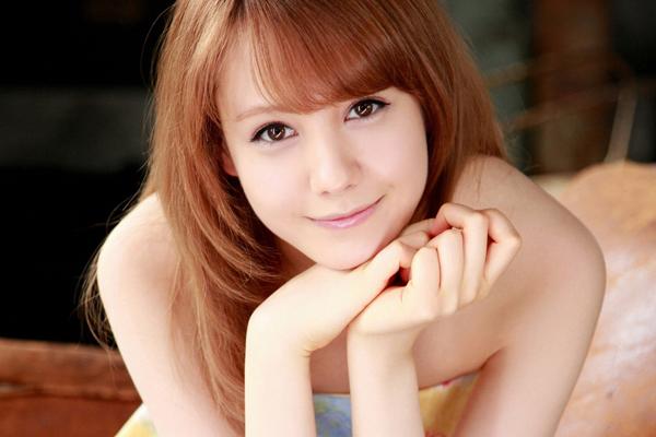 Reina Triendl (Torindoru Reina) sinh ngày 23/1/1992 ở Vienna (nước Áo), hiện sống tại Tokyo, Nhật Bản.