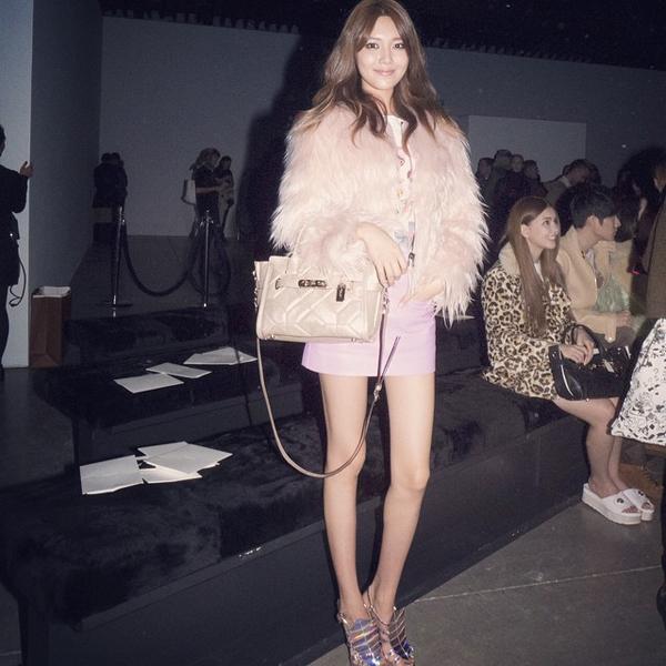 Soo Young (SNSD) diện cây hồng, khoe chân dài như người mẫu dù khá gày guộc khi đến dự buổi trình diễn thời trang Coach Fall 2015 tại tuần lễ thời trang New York.