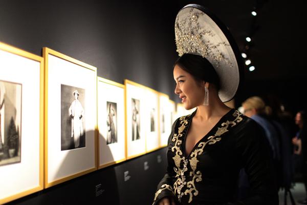 Lý Nhã Kỳ vừa có mặt tại bảo tàngLes Arts Décoratifs,Paris để tham dự triển lãm Mở nút thời trang do cô làm nhà bảo trợ chính.Sự kiện triển lãm Mở nút thời trang thu hút sự quan tâm đặc biệt của giới thời trang, các nhà thiết kế nổi tiếng tại Pháp.