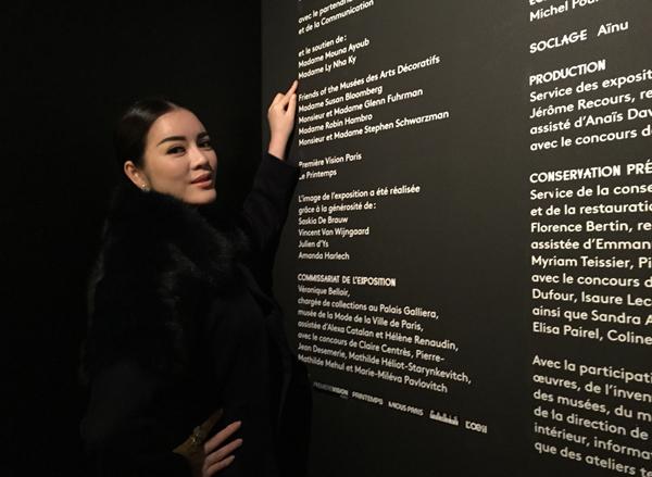 tên của Lý Nhã Kỳ cũng đã được lưu lại trên bảng vàng các nhà tài trợ nổi tiếng ở sảnh của Viện bảo tàng.