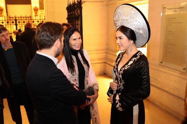 Tại triển lãm cô cũng hội ngộ với nữ tỉ phú Li Băng, bà Mouna Ayoub, bạn thân của cô. Cả hai người được triển lãm đón chào nồng nhiệt, Lý Nhã Kỳ được Bảo tàng trân trọng gửi lời cảm ơn, và gọi cô là God mother (mẹ đỡ đầu) của Bảo tàng.