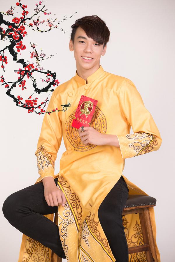 Ngày mùng 1 Tết, hot boy Cerri Kop sẽ đi lễ chùa với Gia đình trong thiết kế áo dài sắc màu huy hoàng, cùng họa tiết đẹp mắt. Qua Tết, cậu bạn teen model này sẽ tốt nghiệp cấp 3 và thi vào trường nghệ thuật chuyên nghiệp.