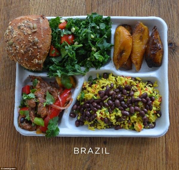 Một bữa ăn của các hương vị truyền thống của                                                          Brazil gồm cơm                                                          trộn đậu đen,                                                          chuối nướng,                                                          thịt lợn xào                                                          với ớt và rau                                                          mùi, xà lách                                                          xanh và một ít                                                          bánh mì.