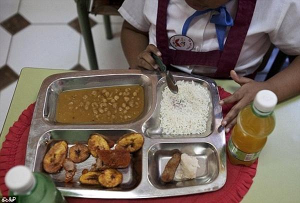 Cơm trắng, gà viên chiên, rễ khoai môn và                                                          súp hạt đậu là                                                          bữa ăn trưa                                                          khá đơn giản ở                                                          trường ở Old                                                          Havana, Cuba.