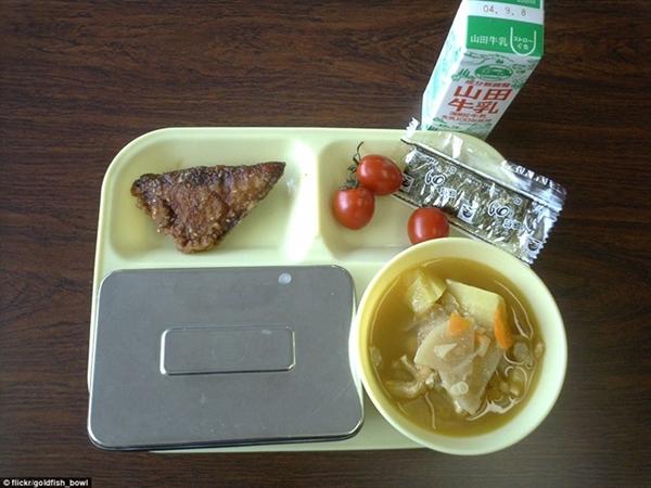 Tại Nhật Bản, các em học sinh thường ăn cá                                                          chiên, rong                                                          biển khô, cà                                                          chua, súp miso                                                          với khoai tây,                                                          cơm trắng                                                          (trong hộp kim                                                          loại) và một                                                          cốc sữa.