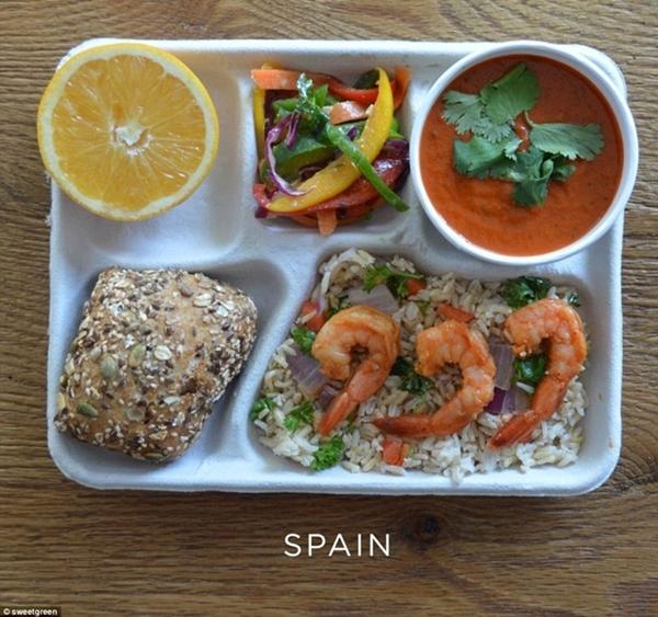 Bữa trưa lành mạng của học sinh tại Tây Ban                                                          Nha gồm bánh                                                          mỳ hạt, tôm                                                          với cơm gạo                                                          nâu, soup lạnh                                                          Tây ban Nha và                                                          ớt ba màu. Món                                                          tráng miệng là                                                          một nửa quả                                                          cam.