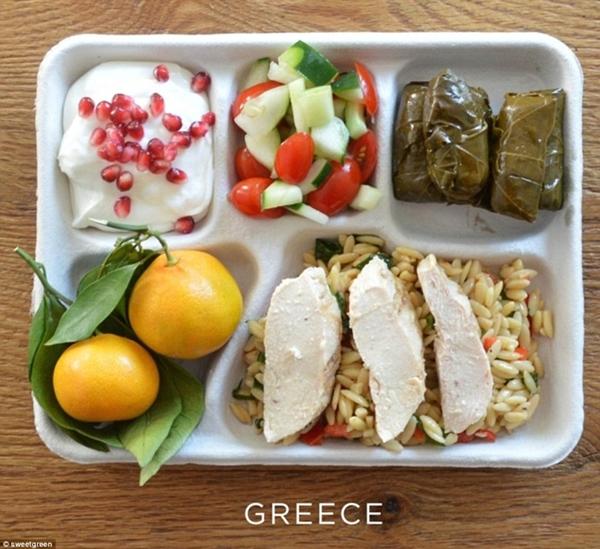 Ăn trưa trường học Hy Lạp đặc trưng có món                                                          gà nướng, lá                                                          nho nhồi bông,                                                          salad dưa                                                          chuột cà chua,                                                          sữa chua hạt                                                          lựu và hai quả                                                          cam.
