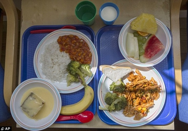 Hai phần ăn tại một trường tiểu học ở                                                          London, Anh.                                                          Bên phải bao                                                          gồm mì ống với                                                          bông cải xanh                                                          cùng một lát                                                          bánh mì và                                                          trái cây. Ở                                                          bên trái là                                                          cơm, rau và                                                          súp lơ xanh,                                                          bánh bông lan                                                          với mãng cầu                                                          và chuối để                                                          tráng miệng.