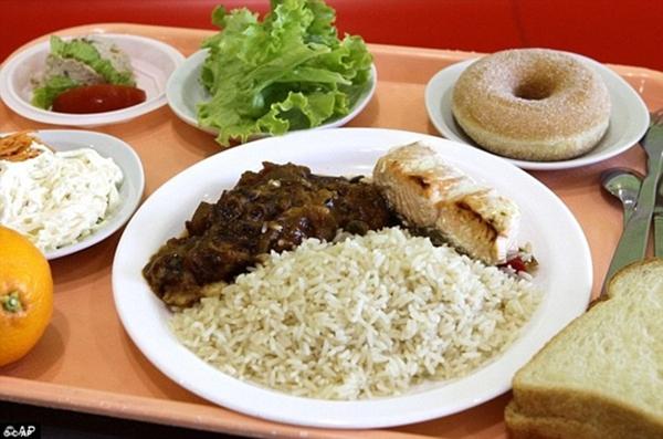 Tại Pháp, một bữa ăn trưa gồm có cơm, cá                                                          hồi, một lát                                                          bánh mì, salad                                                          với cần tây và                                                          cà rốt. Ngoài                                                          ra tráng miệng                                                          có cam và bánh                                                          rán.