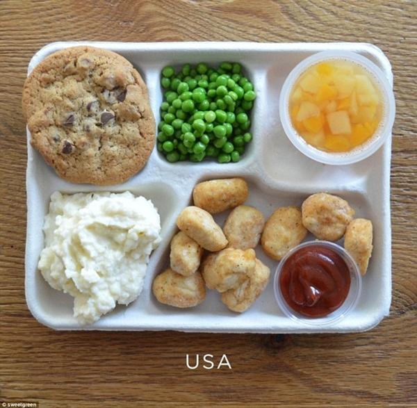 Bữa ăn trưa của học sinh tại Mỹ bị đánh giá                                                          là không tốt                                                          cho sức khỏe                                                          khi có những                                                          món như thịt                                                          gà chiên viên                                                          với tương cà,                                                          một ít đậu                                                          xanh, một ít                                                          khoai tây                                                          nghiền và một                                                          cốc hoa quả                                                          một chiếc bánh                                                          socola chip để                                                          tráng miệng.