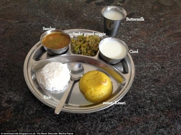Các em học sinh ở miền Nam Ấn Độ có một suất                                                          ăn gồm cơm                                                          trắng, canh                                                          sambar và rau                                                          mướp xào.                                                          Ngoài ra có                                                          một bát sữa                                                          đông, một cốc                                                          sữa bơ và món                                                          tráng miệng                                                          ngọt kesari