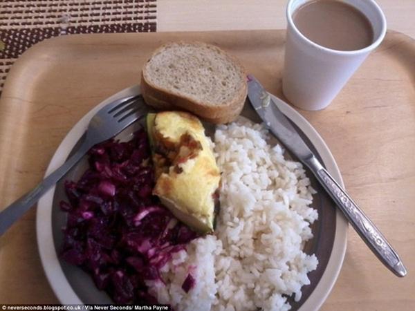 Suất ăn trưa tại một trường học ở nước                                                          Estonia là cơm                                                          trắng với một                                                          miếng thịt và                                                          rau bắp cải                                                          tím. Các em                                                          cũng được thêm                                                          bánh mì và một                                                          ly socola.