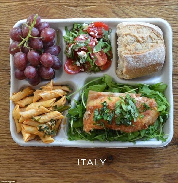 Bữa trưa của học sinh tại Ý được đánh giá đủ                                                          chất dinh                                                          dưỡng khi có                                                          mỳ nui, cá và                                                          hai loại salad                                                          cùng bánh mỳ                                                          và nho tráng                                                          miệng.