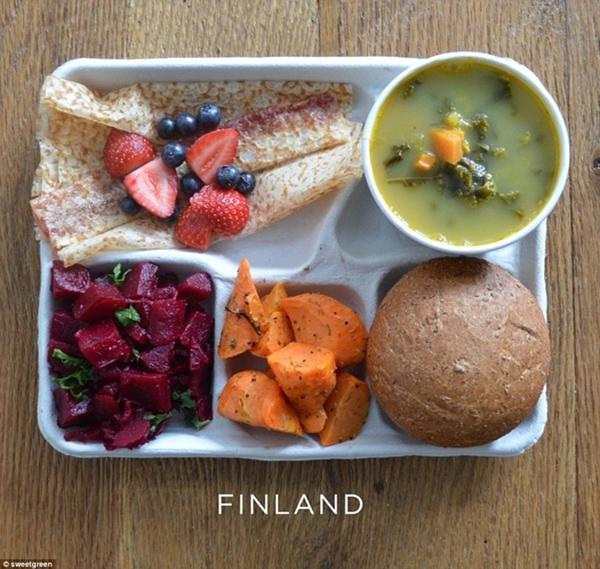 Ở Phần Lan bữa trưa chủ yếu là các món chay                                                          gồm có súp                                                          đậu, cà rốt,                                                          salad và bánh                                                          ngọt cuộn với                                                          mứt dâu để                                                          tráng miệng.