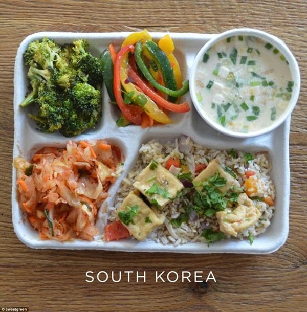 Học sinh ở Hàn Quốc được ăn trưa với bông                                                          cải xanh và ớt                                                          xào, cơm chiên                                                          đậu hũ kèm kim                                                          chi và súp                                                          cá.