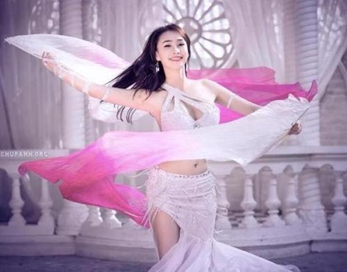 Nguyễn Dư Ngân là một trong những diễn viên, giáo viên, biên đạo múa được nhiều người biết đến bởi thân hình nóng bỏng, gợi cảm thu hút ánh nhìn.