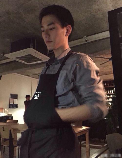 Cách đây ít lâu, cộng đồng mạng xã hội Trung Quốc truyền tay nhau ảnh chụp lén một anh chàng có diện mạo khá điển trai đang rửa bát trong một quán cà phê. Anh phục vụ có dáng người cao ráo, khuôn mặt sáng sủa, mũi cao, ngay lập tức thu hút hàng chục nghìn fan hâm mộ.