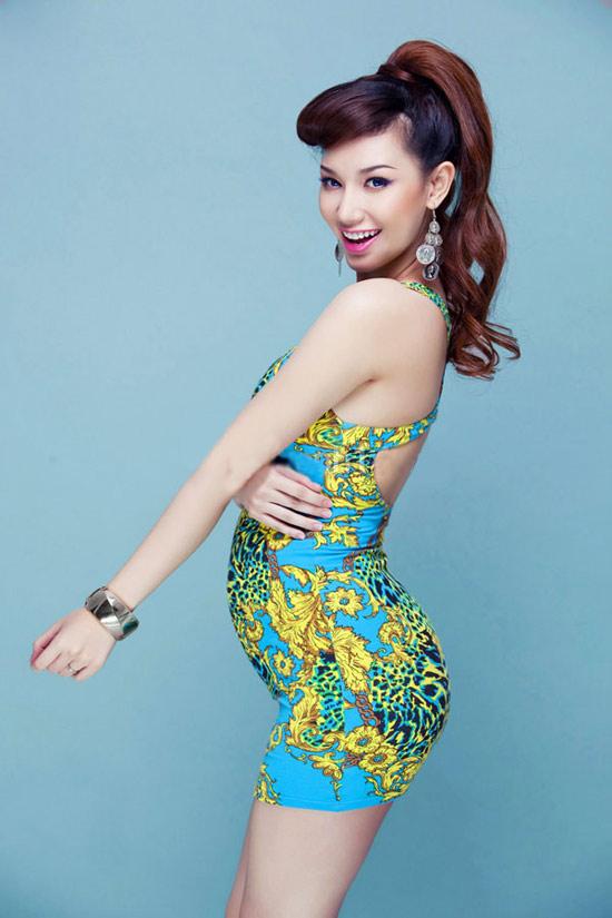 đầu năm 2012, hot girl Quỳnh Chi tuyên bố kết hôn với doanh nhân 26 tuổi Trần Văn Chương. Đến tháng 8/2012, Quỳnh Chi sinh một bé trai. Những shot hình trong thời gian mang bầu cho thấy cô nàng vẫn sở hữu vẻ đẹp mặn mà.