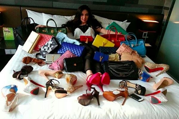 """3. Kim Lim, con gái của tỷ phú người Singapore Peter Lim, là gương mặt quen thuộc trên các   trang bìa tạp chí đảo quốc sư tử. Kiều nữ 23 tuổi gây """"sốt"""" mạng xã hội Instagram với những   bức ảnh tự sướng thể hiện cuộc sống giàu sang, tràn ngập túi xách và giày hàng hiệu."""