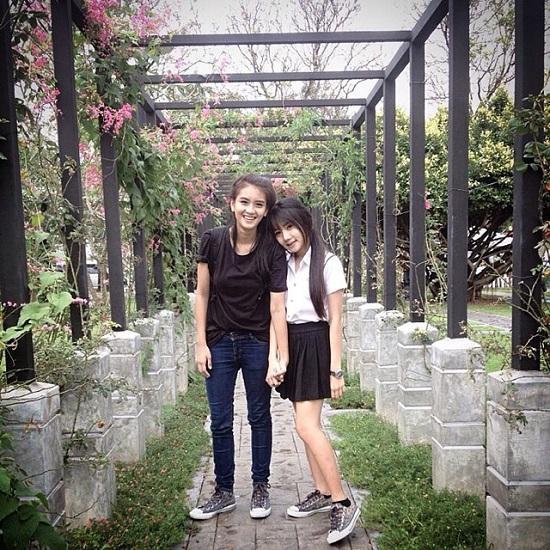Pond hiện đang theo học tại trường đại học Suansunandha Rajabhat, còn Muay thì đang là nghiên cứu sinh của trường đại học Rangsit, Thái Lan. Từ ngày công khai quan hệ, cặp đôi này đã thu hút sự chú ý của cộng đồng mạng tại Thái Lan với lượng follow trên 11 nghìn người.