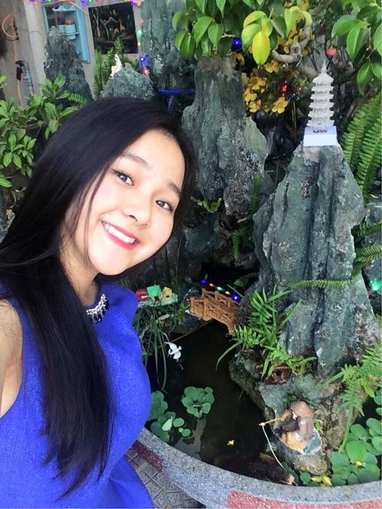 Tam Triều Dâng pose hình cùng Hòn Nam Bộ trong vườn nhà.