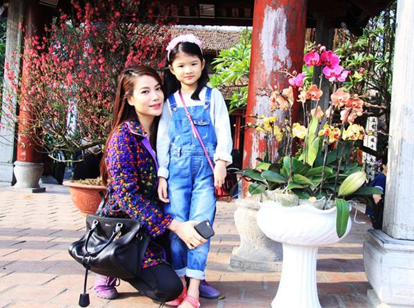 Trong buổi dạo phố tại Thủ đô cùng con gái cưng, Trương Ngọc Ánh diện trang phục khá giản dị nhưng vẫn rất xinh đẹp, rạng ngời. Cô chỉ trang điểm nhẹ, thoa màu son hồng đỏ tươi tắn.