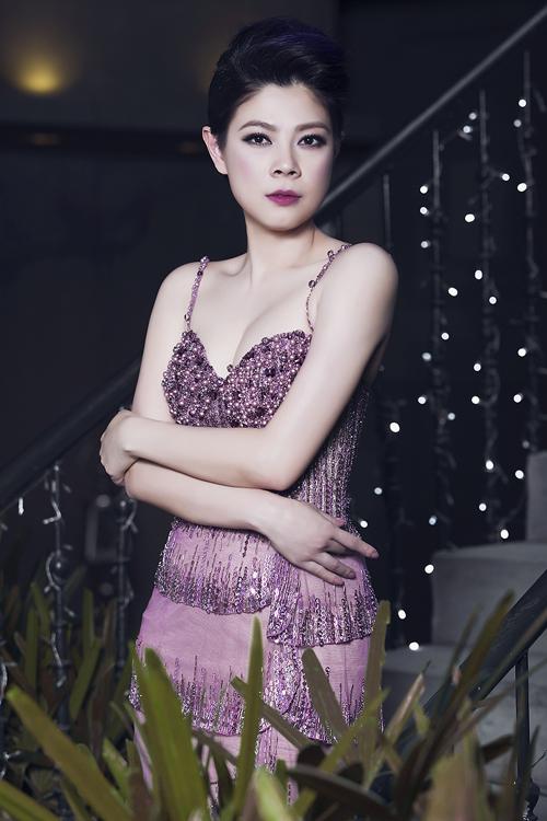 Thanh Thảo chọn màu son, màu móng và máu váy cùng tông. Để phù hợp với chiếc váy có nhiều điểm nhấn lấp lánh, cô thoa son hồng thẫm. Sắc son này khá kén da, chỉ hợp với những người có sắc da trắng hồng.