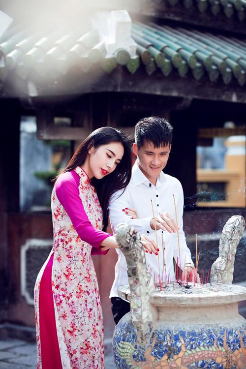 Thủy Tiên chọn màu son đỏ rực rỡ, ton-sur-ton với màu móng khi đi lễ chùa đầu năm cùng Công Vinh.