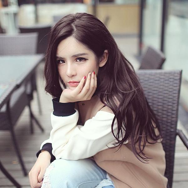 Trên trang cá nhân có hơn 185.000 người theo dõi, Jia Ying thường xuyên cập nhật những bộ   cánh thời trang, giới thiệu các loại mỹ phẩm trang điểm và chăm sóc da.