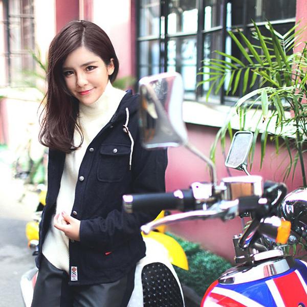 Jia Ying đang là người mẫu ảnh cho một công ty truyền thông ở Thượng Hải. Ngoài ra, cô nàng   còn kiêm nghề stylish, vẽ tranh minh họa và mở cửa hàng thời trang online.