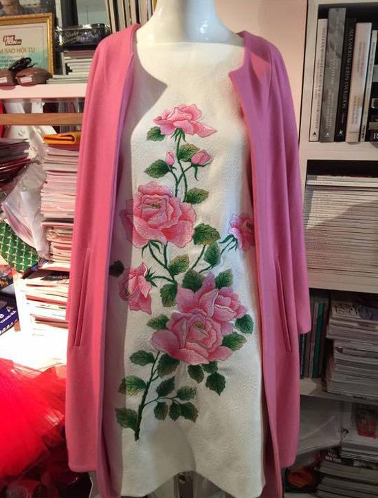 Các mẫu thiết kế được thêu tay hoàn toàn thủ công, cầu kỳ và để hoàn thành mỗi chiếc váy thì các thợ thêu phải làm việc liên tục hàng chục giờ.