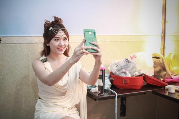 Người đẹp tranh thủ selfie trong hậu trường.